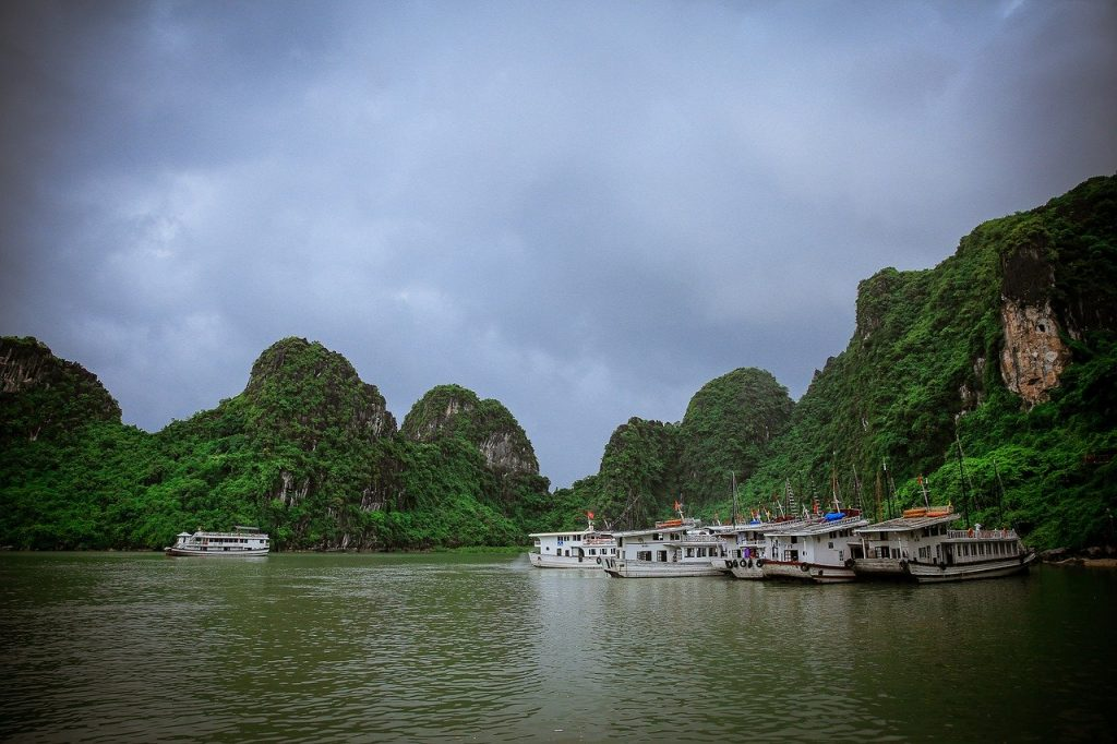 rejs wzdłuż pływającej wioski Cua Van